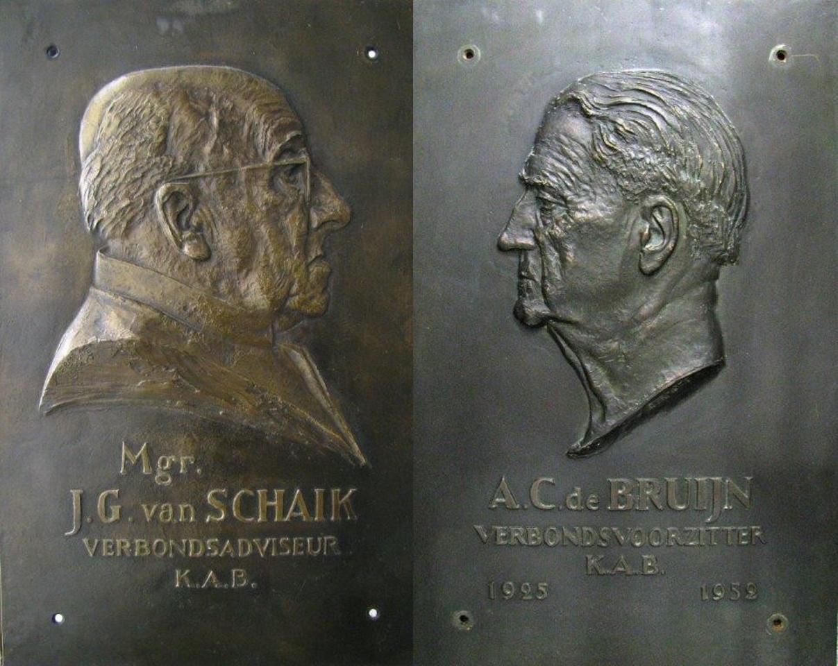 Plaquettes van Kanunnik J.G. van Schaik (links) en A.C. de Bruijn (rechts)