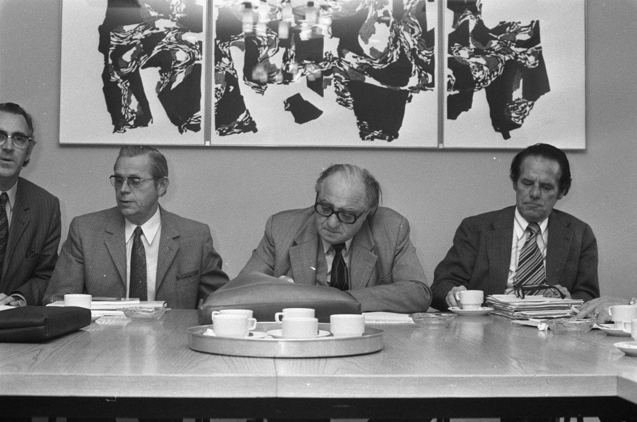 Toon Hubben, voorzitter Unie BLHP, rechts, tijdens NKV-Verbondsraadsvergadering op 29 april 1974. Links van hem Frits Jöris, Piet Brussel en Servaas van Bijsterveld van de Industriebond NKV