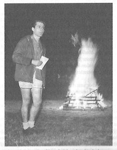 Jaap van der Linden, spreekt bij het kampvuur van het kindervakantiekamp in 1964