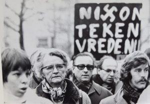 Marga Klompé tijdens de Vietnam-demonstratie van 1973