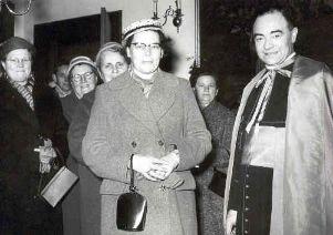 Miet van Puijenbroek in 1957 met achter haar het bestuur van de KAV