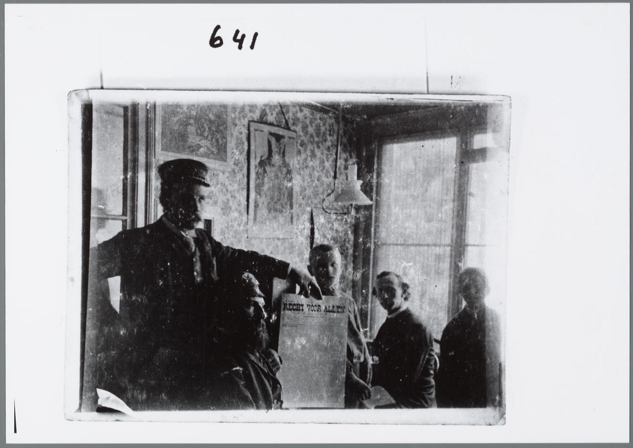 Christiaan Cornelissen (tweede van rechts) op de redactie van Recht voor Allen (Bron IISG)