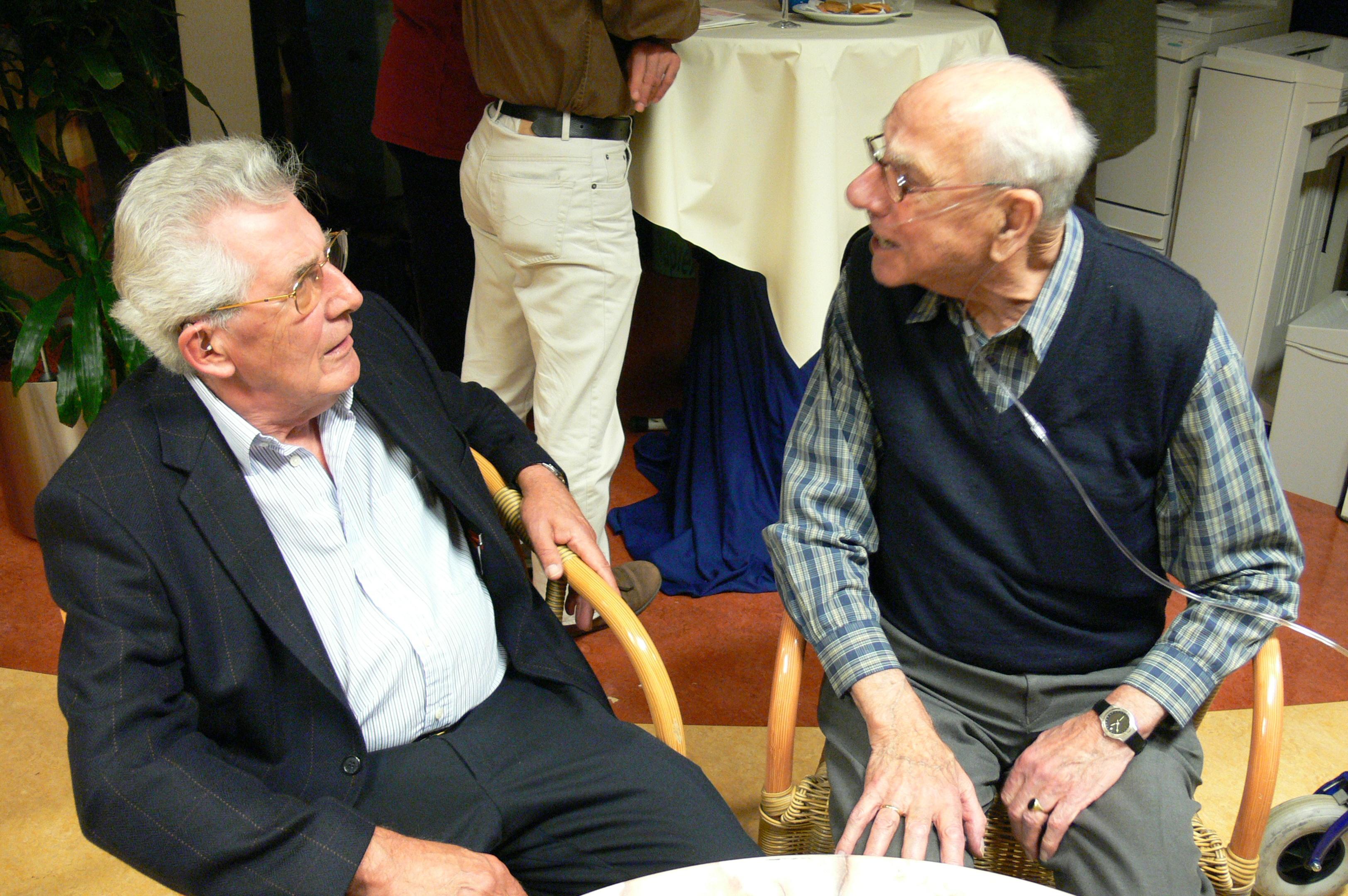 Wim Rotermundt (rechts) in gesprek met Jaap van der Linden tijdens de viering van het 25-jarig bestaan