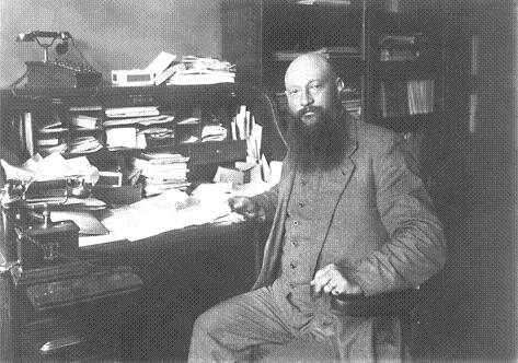 Jan van Zutphen aan zijn bureau in het ANDB-kantoor