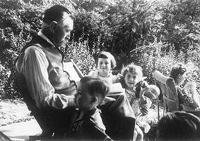 Theo Thijssen, kinderen voorlezend